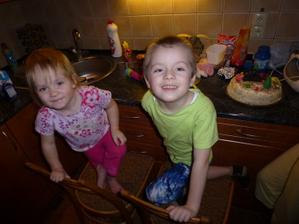 Pomáháme mamince zdobit dort:-)