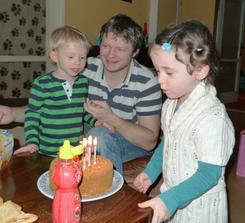 Anička pomáhá sfouknout svíčky
