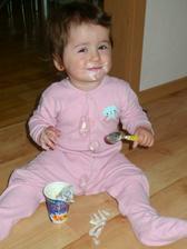Maminka mi splnila přání a nechala mě spapat samotnou jogurt :)