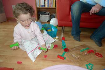 Anička dostala sadu s modelínou a vydržela si s ní hrát v kuse 2 hodiny!!