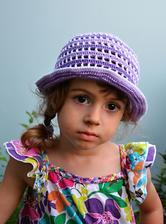 Právě dodělaný klobouček do školky. Předchozí je malý. Ještě uvažuji, zda nedodělat nějakou kytku na jeho ozdobu