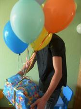 strejda přinesl tolik balonků s heliem že ani nebyl vidět