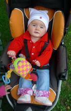 Lelinka ve svetříku od babičky, to máme ale šikovnou bábinku, co? :)