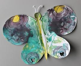 Téma: Hmyz - motýl (formát A3; jedna strana křídel namalovaná vodovými barvami + překlopení / otisk na druhou část; tykadla z plyšového drátku)