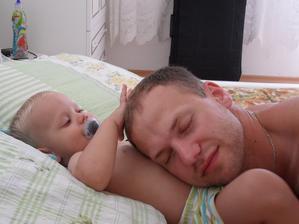 Míma uspává tátu.