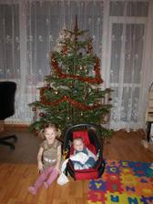 Sourozenci pod stromečkem
