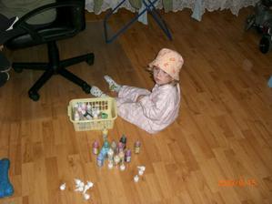 Takhle Terka tráví večery, hraje si s víčky od barev na sklo :-)