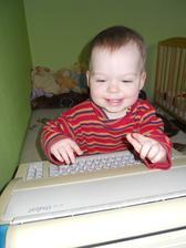 mamka stěhovala věci a našla starý psací stroj :-) to je hned radosti :-)