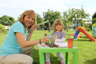 s babičkou doma na zahradě
