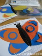 skládání druhé poloviny motýla z filcu dle předlohy, předlohy k tisku zde http://allourdays.com/2012/10/butterfly-symmetry-busy-bag.html