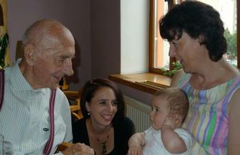 Čtyři generace - Leontýnka 8 měsíců, maminka 27 let, babička 50 let a pradědeček 92 let :)