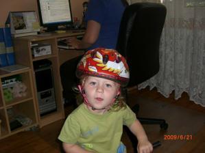 Mám novou helmu a v pozadí mamka koníkuje :-)