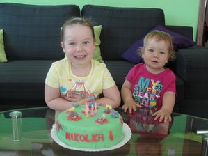 Nikolka slaví 4 narozeniny...... Z dortíku jsem byla zklamaná, na další fotce je můj návrh, moc se nepodobá a hlavně zakončení fondánu byla hrůza :-( Ale chuťově celkem dobrý. Hlavně, že Nikolce se líbil :-))