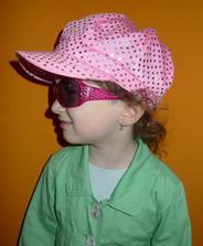 Modelka pózuje v nové bekovečce :) Ještě riflová bundička k ní se nám někde toulá na poště :)