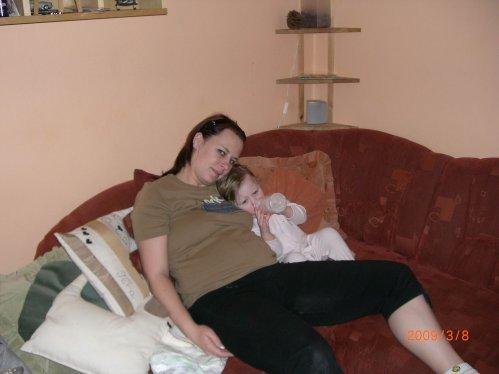 Večerní mlíčko a siesta s obříkem mamkou :-)