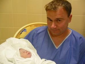 pár minutek po narození s tatínkem
