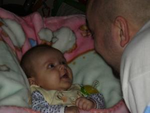 No jo, nejkrásnější úsměvy si Kristýnka šetří pro tatínka :-)