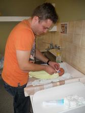 táta se nebál už v porodnici obléct malýho:-)