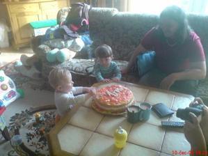Sebík pozoruje Mrouška jak se patlá v dortíku :-D