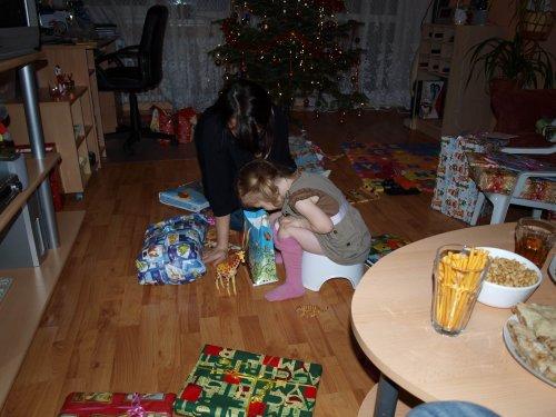 Vybalování dárků probíhalo za každé situace :-)