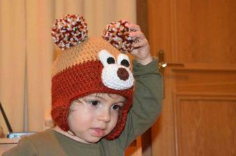 čepice pro synovce, ale on ji nechce a naše malá si ji na hlavu dávala sama