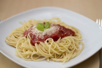 Klasika všech klasik, kterou asi děláte všichni - špagety s rajčatovou omáčkou :-)
