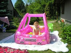 nejdřív autíčko sloužilo jako bazének