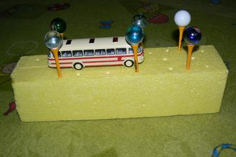 """Kamarádka mi donesla golfové """"týčka"""". Tak jsem je nejdřív zapíchala, že budeme na ně dávat Albert kuličky. Nic moc. Tak mě napadlo, že budeme dělat """"dráhy"""" pro auta. Tomík to nakonec nazval lampami a na střídačku jsme projížděli různé cestičky :-)."""