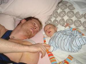 tatinek po operaci ramene s Vasikem v postely